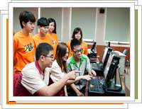 photo: The students and the convenient store employees discuss in front of the computers. (College of Management)